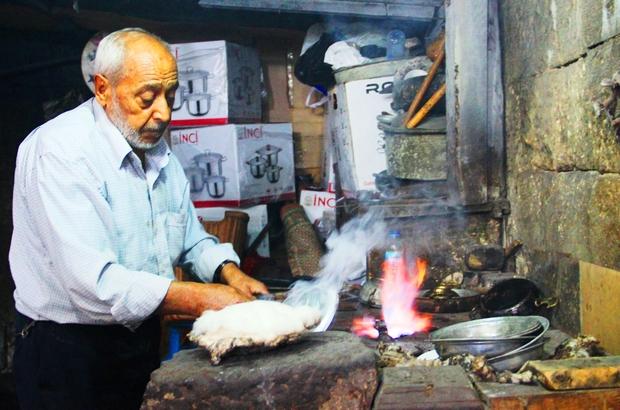 Şanlıurfa'nın son kalay ustası 70 yıldır bakırı sevgiyle parlatıyor 90 derece sıcaklıkta zorlu imtihan Kalaycılık mesleğini ayakta tutmaya çalışıyorlar