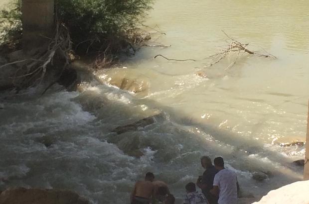 Ölmek isteyen kadını ırmağa atlayıp kurtardı Mersin'de intihar etmek için ırmağa atlayan kadın, olayı görüp hiç düşünmeden suya atlayan genç tarafından kurtarıldıktan sonra hastaneye kaldırıldı
