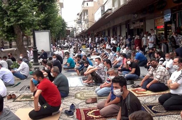 Vaka sayısının arttığı Gaziantep'te polis sahaya indi Çarşı, pazar dolaşan polisler vatandaşları tek tek uyarıyor Gaziantep Valisi Davut Gül bir günde 4 milyon 213 bin 800 lira cezai işlem uygulandığını açıkladı
