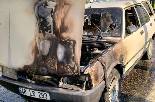 Son anda kurtuldu Milas'ta seyir halindeki bir otomobilin motor bölümünde yangın çıktı, sürücü son anda kurtuldu