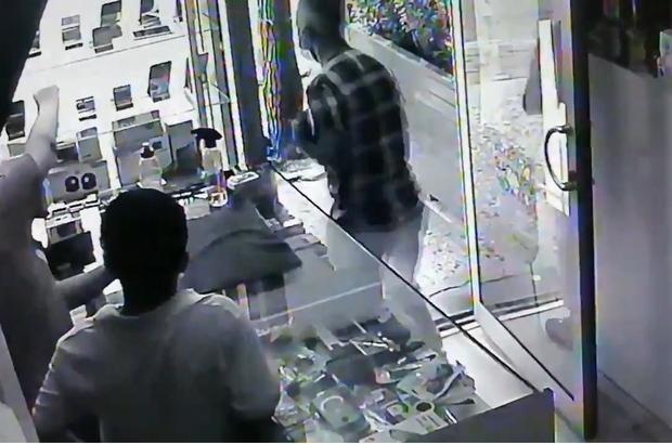 Hırsız telefonları kapıp kaçtı, çalışanlara şaştı kaldı