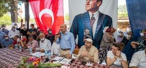 """İzmir Büyükşehir Belediyesi, 200 tonluk salatalık alım sözleşmesi imzaladı Başkan Soyer, Menderes'te üreticilere seslendi: """"Şart olsun ki emeğinizi, terinizi yerde bırakmayacağız"""""""