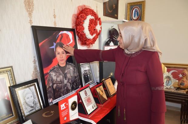 """Şehit Gülşah komiserin annesi: """"Evlatsız olunur ama vatansız olunmaz"""" 15 Temmuz darbe girişiminde şehit düşen Komiser Yardımcısı Gülşah Güler'in annesi Emine Güler kızının mezarını ziyaret etti Anne Güler: """"Gülşah'ım bize çok güzel bir miras bıraktı, biz onunla gurur duyuyoruz"""""""