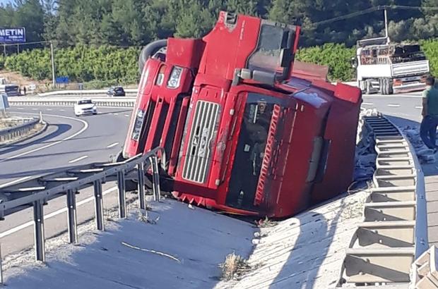 Çimento yüklü kamyon devrildi Sürücü yara almadan kurtuldu, çimentolar yola savruldu
