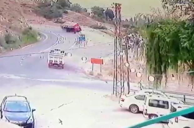 Elazığ'da kamyonun devrilme anı kameralara yansıdı