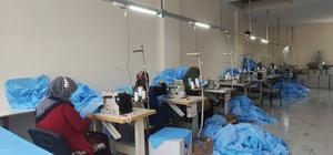 20 yıllık hayali ilçedeki kadınlara iş kapısı oldu Mardin'in Mazıdağı ilçesinde yaşayan Belkız Kapan, 20 yıllık terzicilik işini bir adım ileriye taşıdı İlçede tekstil atölyesi açan Kapan, buradaki kadınlara işi öğreterek 10 kişiye istihdam sağladı Kapan'ın şimdiki hayali, devletten alacağı destekle atölyesini büyütüp daha fazla kadına iş imkanı sağlamak