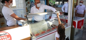 Başkan Kavuş'tan çocuklara dondurma