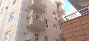 Evde kilitli kalan ikizler ortalığı birbirine kattı Balkon ve pencere korkuluklarından sarkan çocuklar için itfaiye çağrıldı