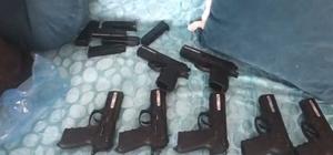 Evde yapılan aramada 12 kaçak tabanca ele geçirildi Uyuşturucu operasyonundan kaçak tabanca çıktı