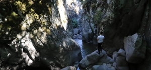 Keşfedilmeyi bekleyen kanyon görüntülendi Manisa'nın Saruhanlı ilçesinde çok fazla bilinmeyen ve yöre halkının Kocadere olarak adlandırdığı kanyon, doğaseverlerin ilgisini bekliyor