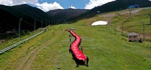 Şehitler için 150 metre uzunluğundaki bayrakla zirveye tırmandılar