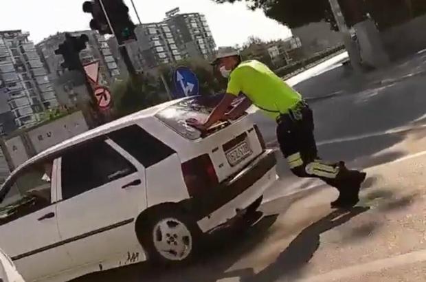 Trafik polisinden alkışlanacak hareket Yolda kalan otomobili trafik polisi itti Trafik sıkıştı, polis memuru yolu böyle açtı