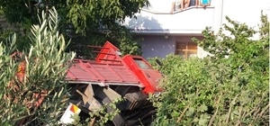 Freni patlayan kamyonet evin bahçesine girdi