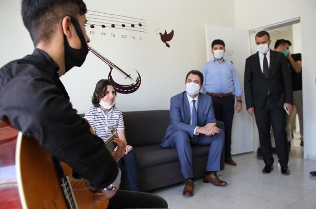 Silopi Kaymakamı Kuruca'dan görme engellilere gitar hediyesi
