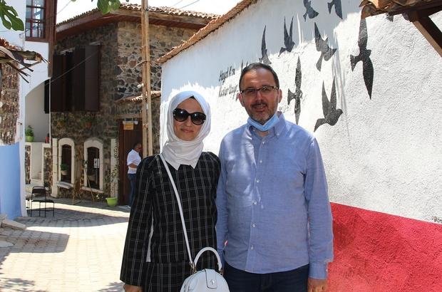 Bakan Kasapoğlu, memleketi Kula'da anılarını tazeledi Gençlik ve Spor Bakanı Kasapoğlu, memleketi Kula'daki tarihi yerleri gezdi