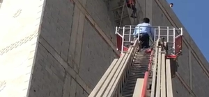 Cizre'de inşaat iskelesinde mahsur kalan işçiyi itfaiye ekipleri kurtardı