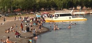 Van Gölü'nde yüzme keyfi Sıcaktan bunalanlar kendini Van Gölü'nün serin sularına bırakıyor