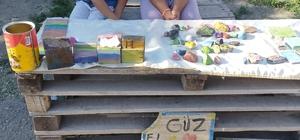 Minikler dondurma almak için boyadıkları taşları tezgahta satmaya çalıştı Sosyal medyada paylaşılan görüntüler ilgi gördü