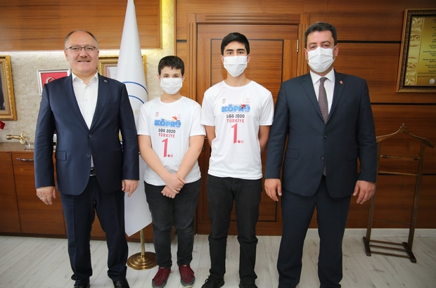 LGS birincilerine Başkan Bilgin'den ödül Sivas Belediye Başkanı Hilmi Bilgin, LGS sınavında Türkiye 1.'leri arasına giren Sivaslı öğrencileri makamında kabul ederek ödüllendirdi