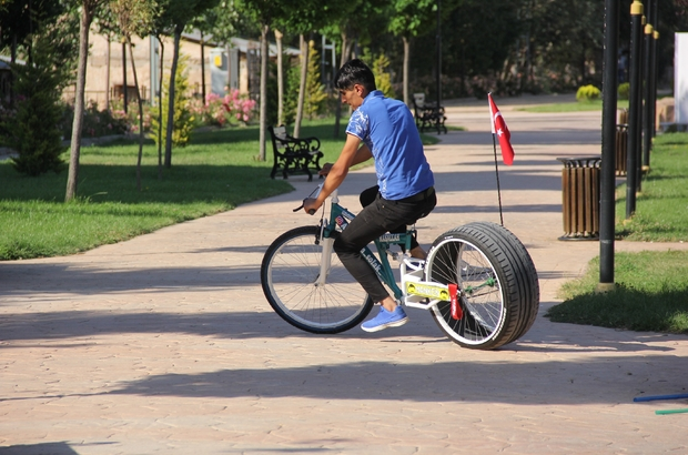 Otomobil değil bisiklet, görenler bir daha bakıyor Sivas'ın Zara ilçesinde yaşayan bir gencin bisikletine taktığı otomobil lastiği görenlerin dikkatini çekiyor