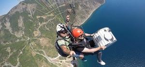 600 metrede paraşütte davul çaldı