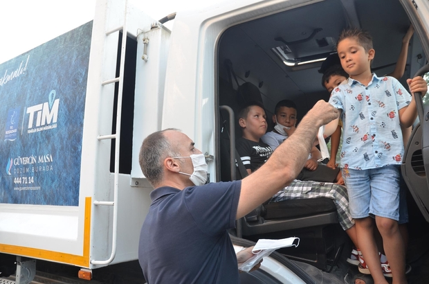 Kuşadası'nda atık kamyonları çöp değil sevgi topladı