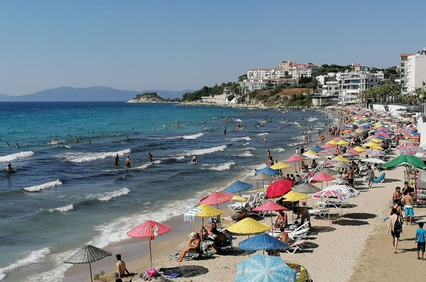 Kuşadası'nda sıcak havanın etkisiyle plajlar doldu taştı