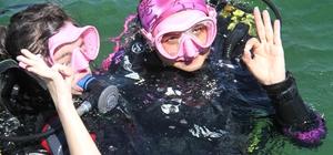 Milli yüzücü down sendromlu sporcular Beyşehir Gölü'ne dalış yaptı Down sendromlu sporculara aldıkları dalış eğitimi ve tatlı sularda gerçekleştirilen dalış programları sonrasında düzenlenen törenle madalya ve sertifikaları verildi