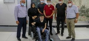 Mehmetçikten engelli gence akülü araç desteği