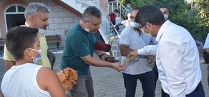 Başkan Çelik cami çıkışında vatandaşlarla bayramlaştı