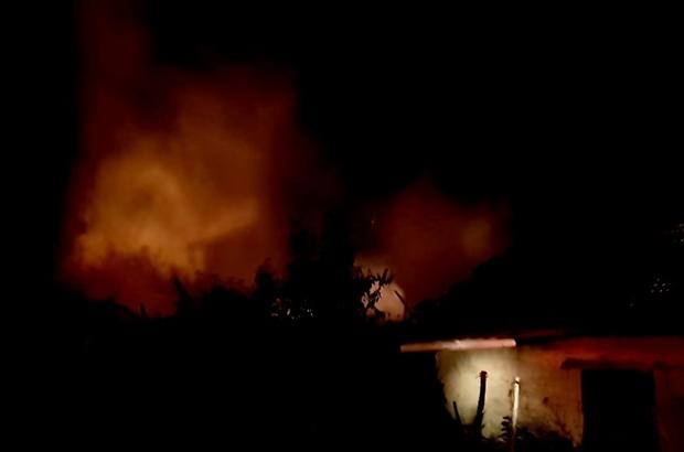 Odun ve samanların bulunduğu müştemilatta çıkan yangın paniğe neden oldu Yangında müştemilat kullanılmaz hale geldi