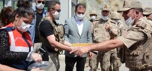 Vali Akbıyık, yol denetimi yaptı Vali Akbıyık, jandarma ve polis ekiplerine baklava ikram etti