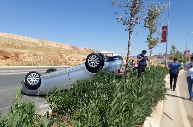 Orta refüje çarpan otomobil takla attı: 2 yaralı