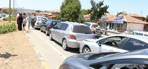 Bayram trafiğinde zincirleme trafik kazası Kırmızı ışıkta bekleyen araçlara çarpan otomobil 6 araçta maddi hasara neden oldu