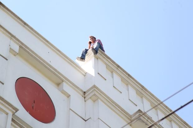 Kızını göremeyince çatıya çıkarak intihar girişiminde bulundu Sosyal mesafe kurallarına uymadan izleyen vatandaşların cep telefonuyla görüntü almaya çalışması dikkat çekti