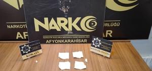 5 peçeteye 32 bin TL'lik sentetik uyuşturucu emdirdiler Sentetik uyuşturucuyu peçeteye emdirerek taşıyan zehir tacirleri polis operasyonunda yakalandı