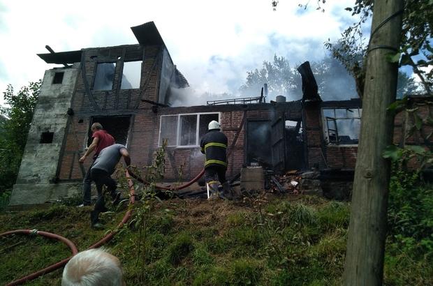 Artvin'de iki ailenin kaldığı ev küle göndü Yanan evin ardından ev sahipleri gözyaşlarını tutamadı