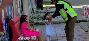 Sarıkamış'ta polis maske dağıttı