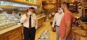 Kaymakam maske denetimine çıktı Manisa'nın Şehzadeler İlçe Kaymakamı Cemal Hüsnü Çaykara ilçedeki esnafı gezerek maske denetimi yaptı Genelde maske kuralına uyulduğunu kaydeden Kaymakam Çaykara maskesiz vatandaşları da uyardı