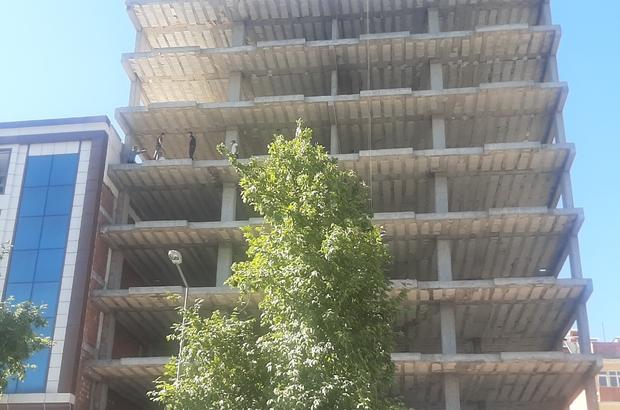 Vatandaşlar 7. kattan atlamak üzere olan genci böyle yakaladı