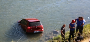 Tunceli'de otomobil çaya uçtu, sürücü kendi çabası ile çıktı