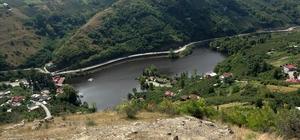 """Bu göl siyah görüntüsü ile dikkat çekiyor Turizm potansiyelinin arttırılması ve suyun temiz kalması için son yıllarda milyonluk temizleme yatırımlarının yapıldığı Sera Gölü yok olma tehlikesi ile karşı karşıya Yaklaşık 25 mahallenin kanalizasyonunun aktığı gölden 180 bin metreküplük rusubat çıkartılmasına rağmen göl hoş olmayan görüntüsü ile dikkat çekiyor Kirlilik ve güneşin birleşimiyle su yosunları çoğalınca gölün yüzeyi siyah tabakaya büründü KTÜ Biyoloji Bölümü Öğretim Üyesi Prof. Dr. Turan Özdemir: """"Bu görüntünün bir sonraki aşamasında kokuşma başlar; İşte o zaman asıl felaket olur"""" """"Burada ya gölü boşaltacaklar ya da çevresinde yaşayanların buradan gitmesi gerekecek"""""""