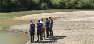 Yüzme bilmeyen baba, çocuklarını kurtarmak için girdiği nehirde çocukları ile birlikte boğularak hayatını kaybetti