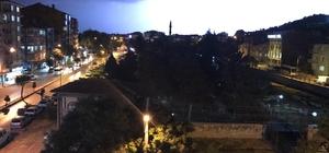 Afyonkarahisar'da gök gürültülü sağanak yağış etkili oldu Yağışla birlikte çakan şimşekler ise adeta geceyi gündüze çevirdi Yağışın ardından kentte hava sıcaklıkları hissedilir derecede düştü