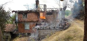 İskilip'te yangın Evde çıkan yangın ormana sıçradı İtfaiye ekiplerinin müdahalesiyle yangın kısa sürede kontrol altına alındı