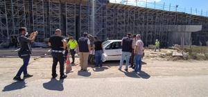 Kuzey Marmara otoyolu inşaat alanında şüpheli araç paniği Şüpheli araç ekipleri harekete geçirdi, duble yol trafiğe kapatıldı İşçilerin ihbar ettiği otomobil aküsü bittiği için yol kenarına park edilmiş