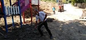 Belediye başkan yardımcısı küreği eline alıp işçilere yardım etti