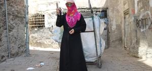 HDP'li eski belediye başkanının vatandaşı dolandırdığı iddiası 50 yaşındaki Vesile Dinç, iddiaya göre 13 yıl önce HDP'li eski Sur belediye başkanı tarafından evi satın alınarak dolandırıldı Vefakar anne 1 buçuk yıl önce ekmek alacak para bulamayınca 11 nüfusa bakmak için kağıt toplamaya başladı