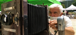"""(Özel) Türkiye'de sadece iki tane var, gören hayran kalıyor Yıllar önce fotoğraf çekiyordu şimdi poz veriyor Eskişehir Antikacılar Dernek Başkan Yardımcısı Zekayi Tarhan; """"Türkiye'de bu makineden iki tane var"""" """"70 yıllık körüklü makinelere özellikle fotoğrafçılık okuyan üniversiteli gençler ilgi gösteriyor"""" """"Kitaplarda rastlanılmayacak canlı bir tarih"""""""