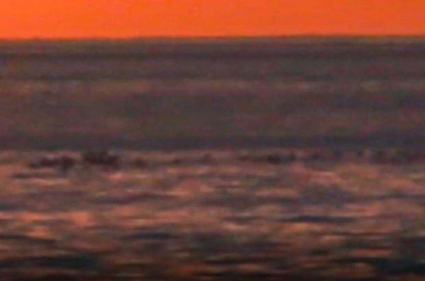 """Esrarengiz cisim 'Van Gölü Canavarı'nı hatırlattı Şaşırtan görüntü bu kez bir akademisyenin kadrajına yansıdı Akademisyen gün batımını görüntülerken kamerasına ilginç görüntüler yansıdı Akademisyen: """"Görüntünün bilimsel olarak incelenmesi gerekiyor"""""""